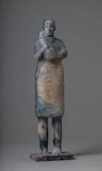 Femme portant un bébé sur la poitrine debout