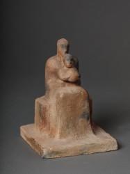 Femme assise avec enfant