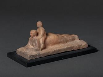 Femme allongée avec enfant sur le dos