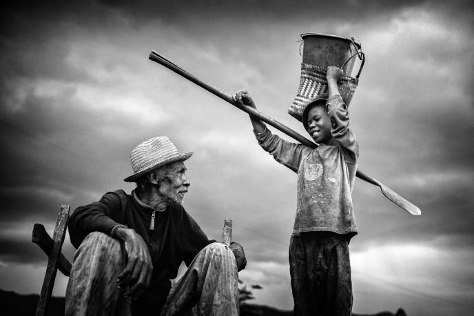 De père en fils, Ranomafana, Madagascar, n° 1/30 - 2015 - PIERROT_MEN_250